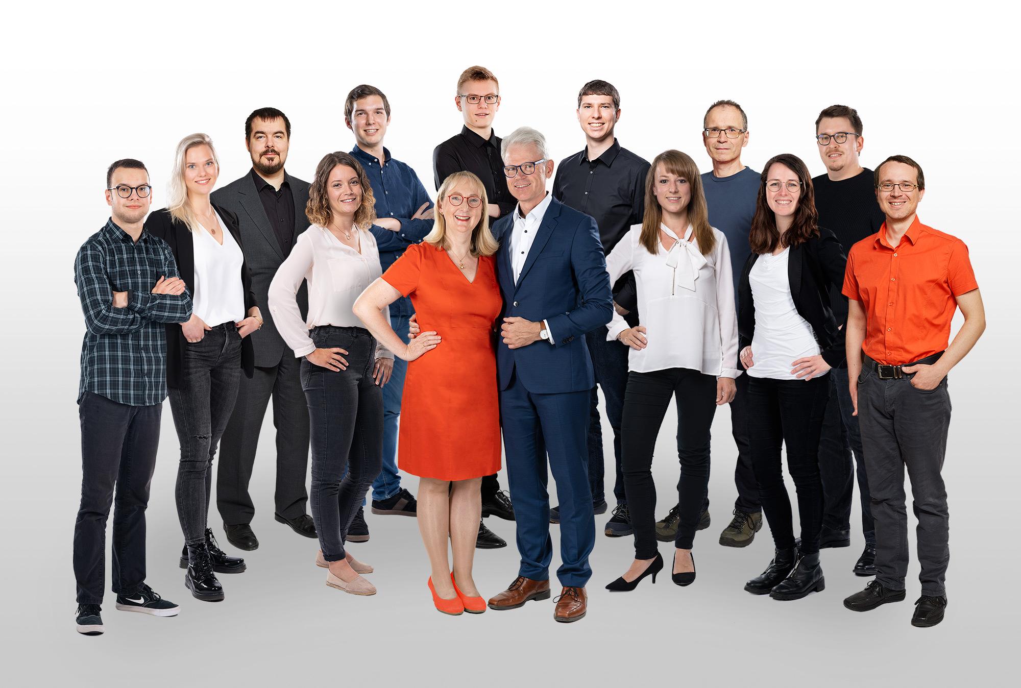 This photo shows the GeSi Software GmbH team. Back: Jens Heyn, Kathrin Koltunow, Philip Stefl, Jonas Doré, Klaus Biehler, Rainer Schmöger, Elmar Baumann, Christian Niekler Front: Julia Besendorf, Petra Feitsch, Dr. Dieter Feitsch, Stefanie Hofmann, Hannah Kraft, Eric Kraußer